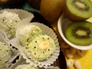 Сладкие шарики с киви и орехами.