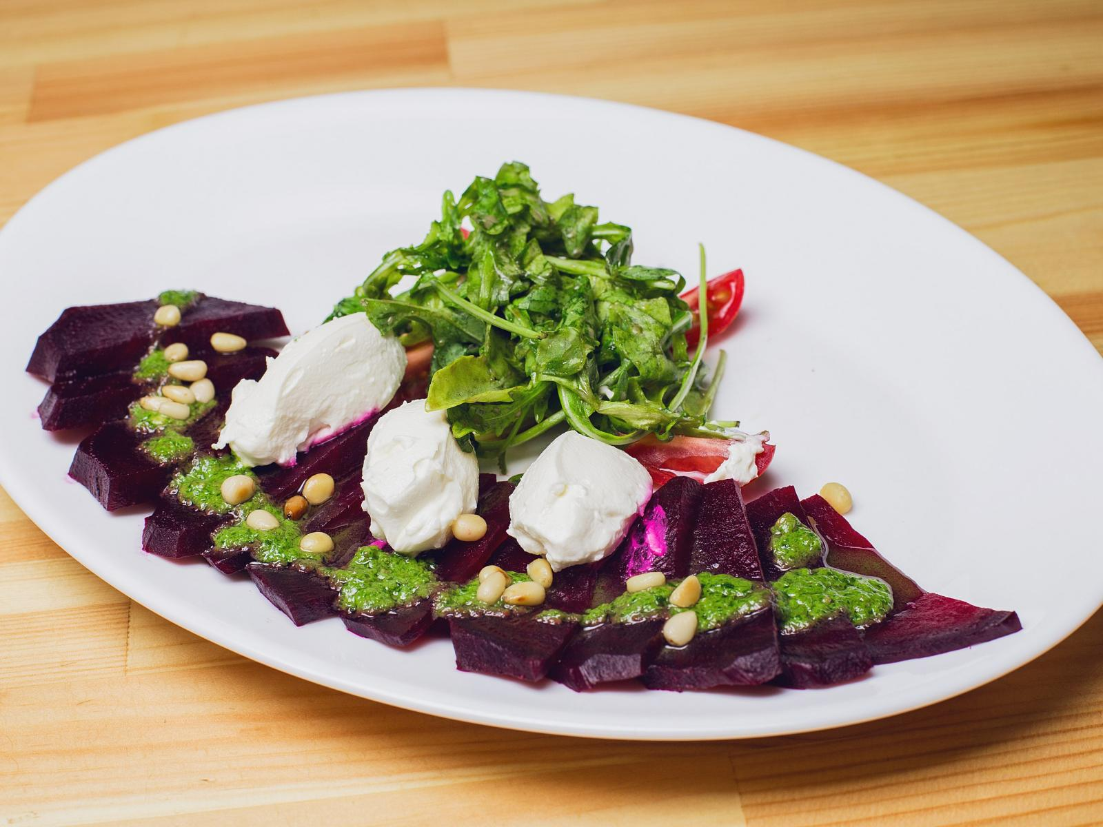 Салат из запеченной свеклы с песто