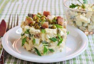 Салат со скумбрией и сухариками