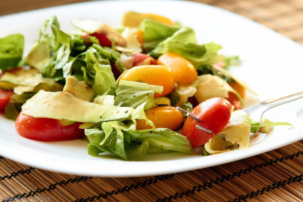 Зеленый салат с авокадо, томатами и перцем
